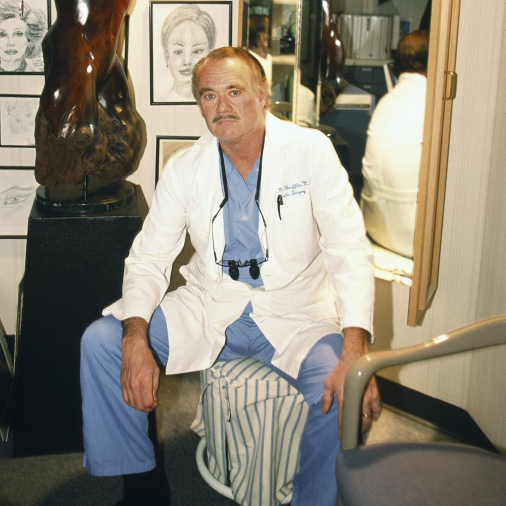 Son dermatologie, Arnold Klein. Photographié dans son cabinet, en 2002, Getty Images