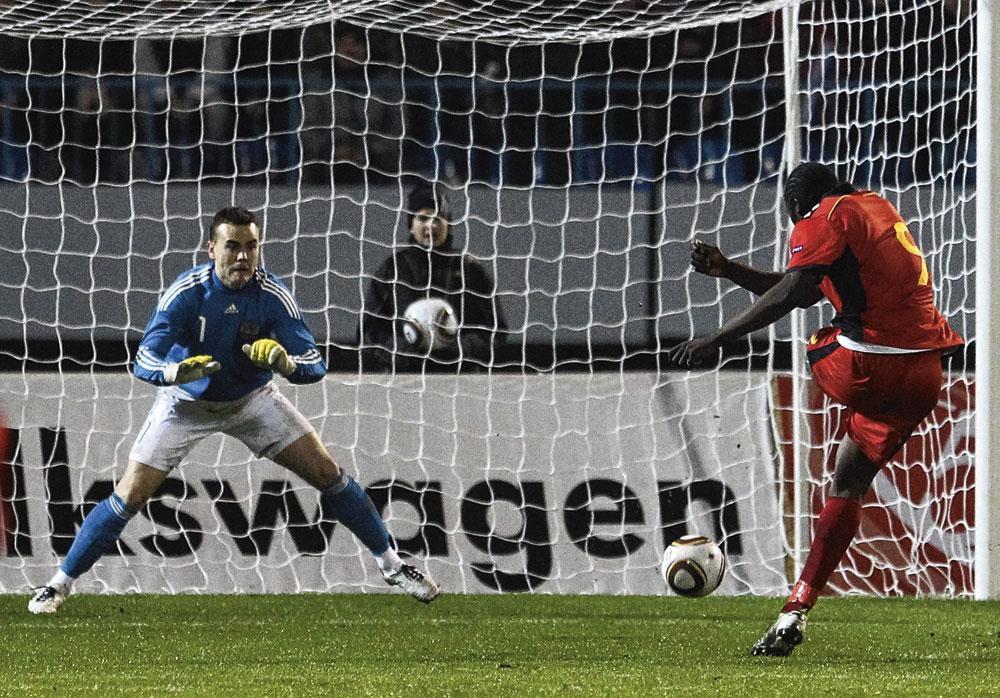 In november 2010 maakt Romelu Lukaku zijn eerste goals als Rode Duivel in een oefenmatch tegen Rusland (0-2). Dit is nummer 2., belgaimage