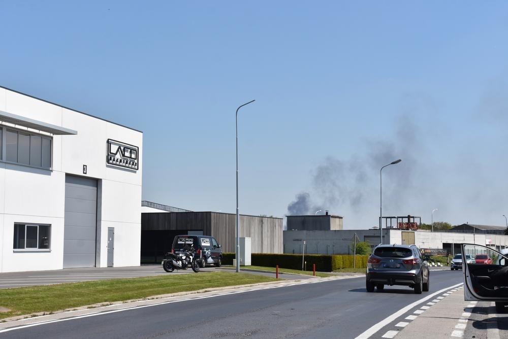 De rookwolk was te zien tot op de industriezone van Heule-Kuurne., EDB
