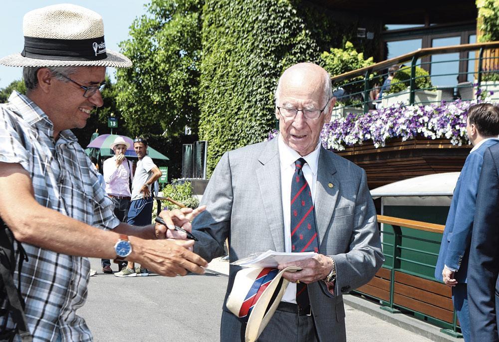 Bobby Charlton is nog altijd zo populair dat hij handtekeningen moet uitdelen., belgaimage