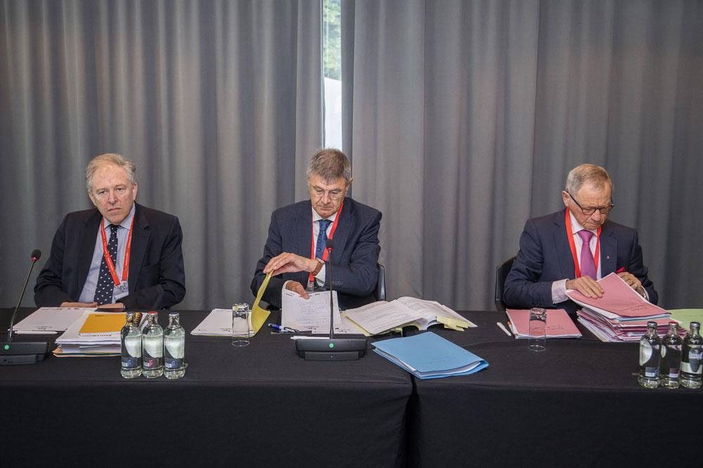 V.l.n.r André Deruyver, Dirk Thijs en Rik Ascrawat, die namens de Geschillencommissie Hoger Beroep deze zaak beoordelen. 'Ik weet wat het betekent te sporten op hoog niveau,' aldus de middelste, 'ik heb het zelf gedaan.', belga