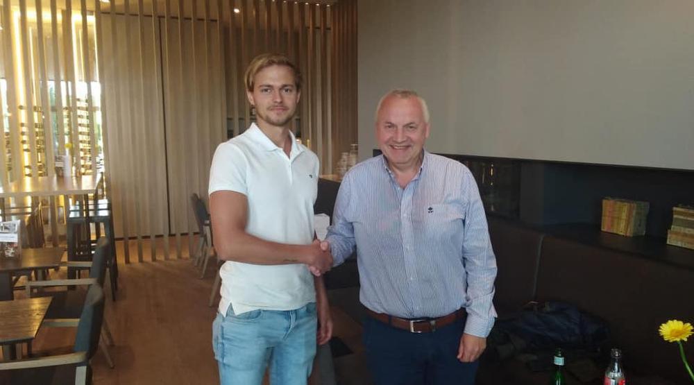 Indy Vancraeyveldt en sportief manager Patrick Rotsaert bezegelen hier de overeenkomst tussen club en speler met een handdruk., gf