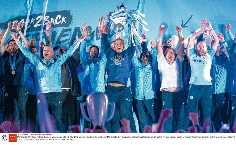 De aanvoerder steekt de trofee de hoogte in, het moment waarop iedereen uit zijn dak kan gaan., belgaimages