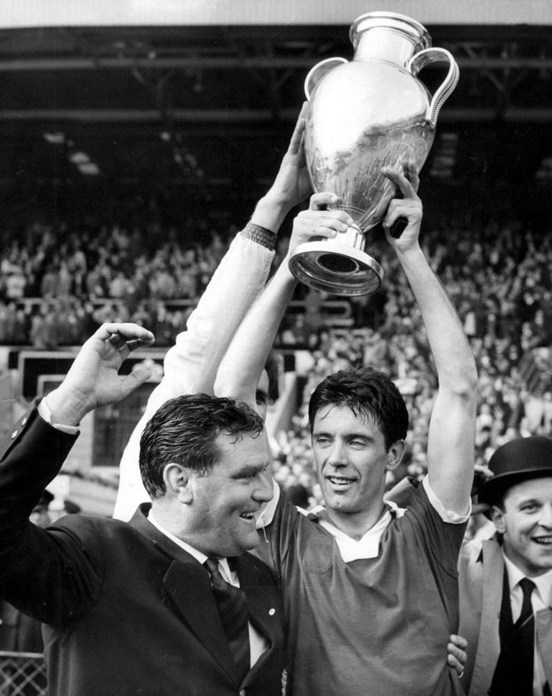 vader Cesare Maldini met de Europacup I in 1963., belgaimage