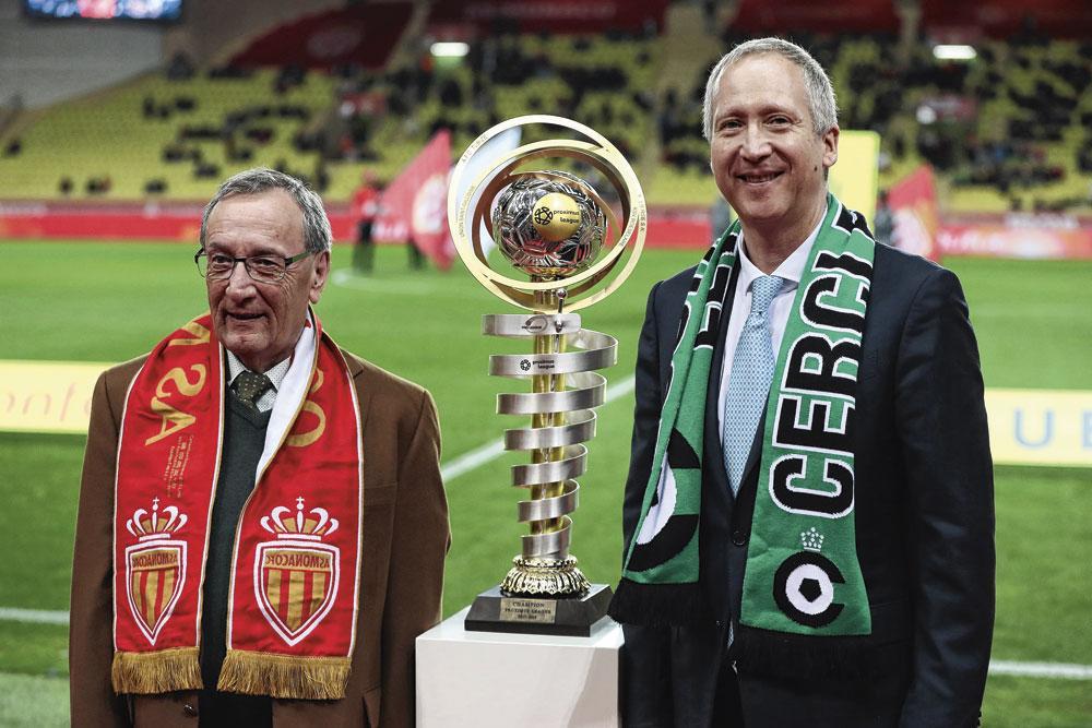 Le vice-président de Monaco, Vadim Vasilyev (à droite), pose à côté du président du Cercle Bruges, Frans Schotte., belgaimage