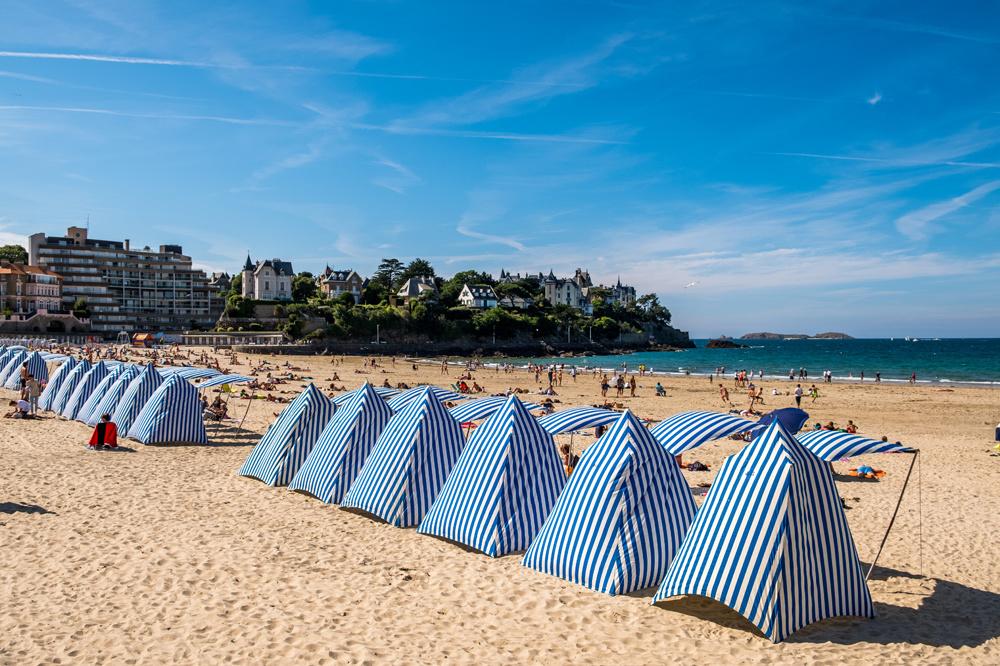 Dinard et ses fameuses tentes de plages rayées, Getty Images