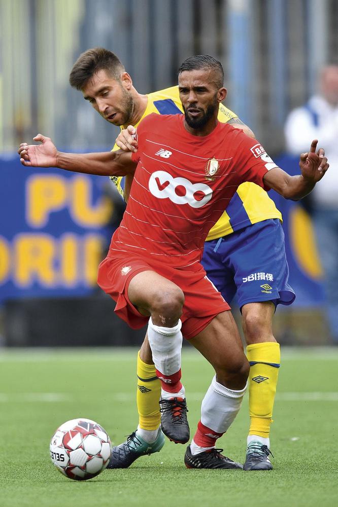 STVV - Standard 2-1. Mehdi Carcela n'a pas été à la fête dans ses duels avec Pol Garcia, le défenseur du STVV. Les Canaris ont remporté leur première victoire de la saison., BELGA
