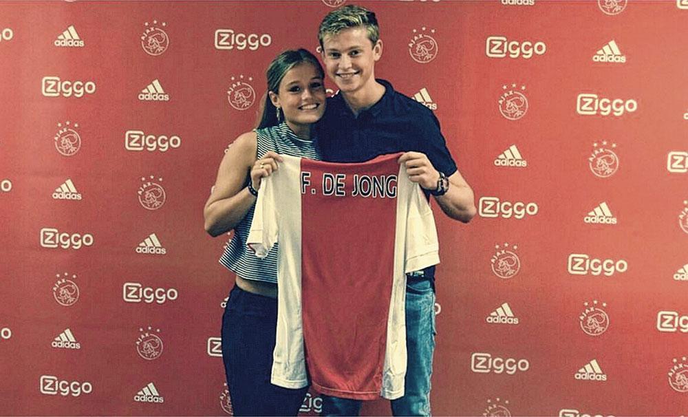 En août 2015, il se lie à l'Ajax., VI IMAGES