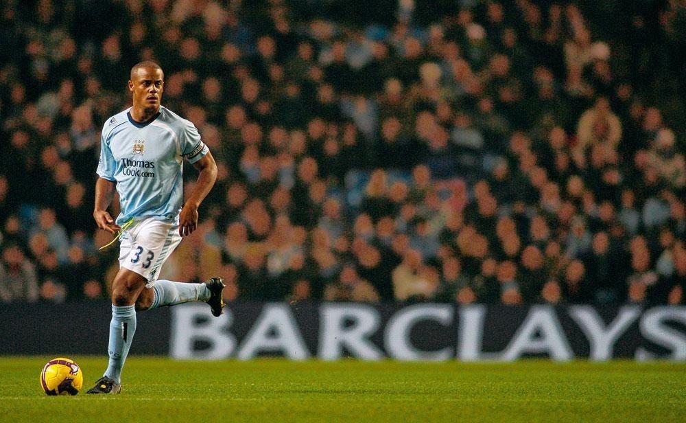 Vincent Kompany tijdens zijn eerste seizoen bij Manchester City., Pep Guardiola omhelst Vincent Kompany.