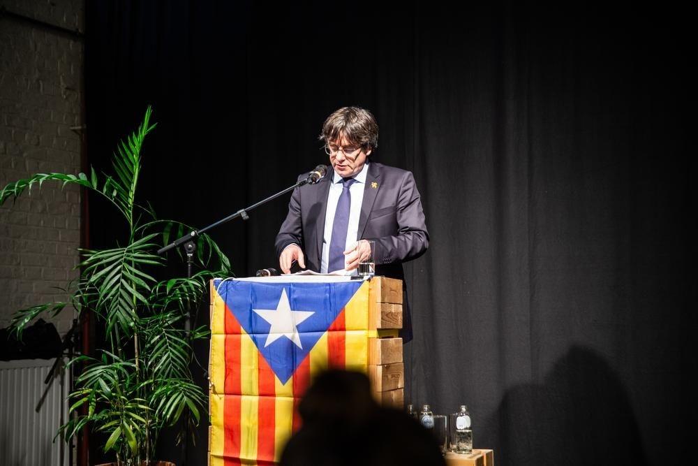 Carles Puigdemont aan het woord tijdens zijn lezing., TV