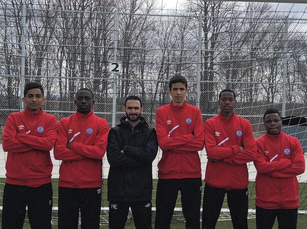 Hany El-Magraby, de man in het zwart, over zijn poulain Jonathan David (tweede van rechts): 'Op zijn elfde was het zijn droom om profvoetballer te worden in Europa.', gf