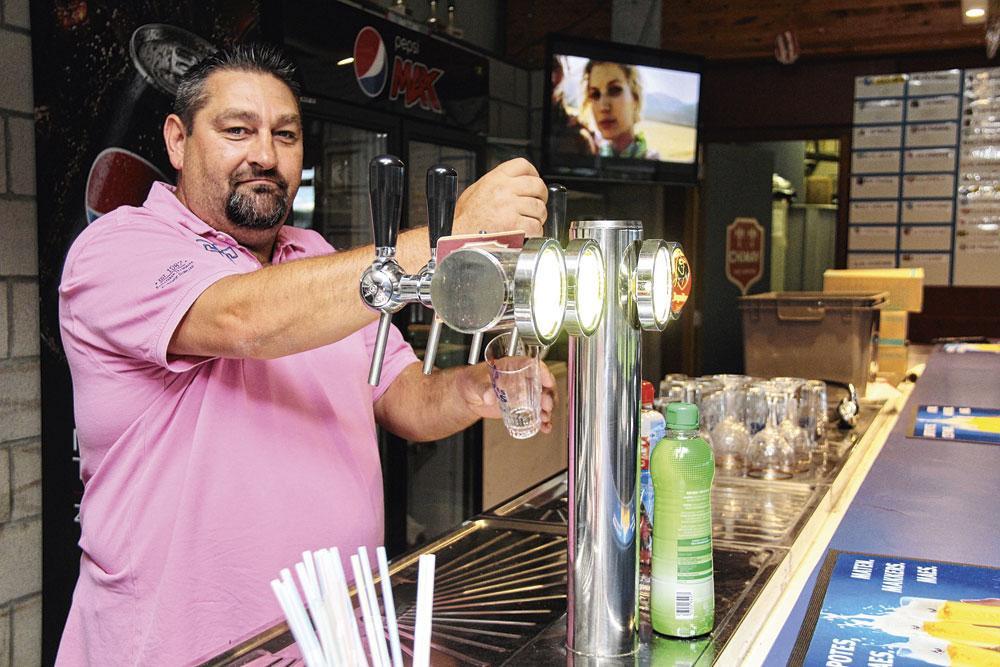 Dans la buvette, Michel, lui, s'occupe de la mise au(x) verre(s) dans un club qui veut être le meilleur de sa province en D2 amateurs., EMILIEN HOFMAN