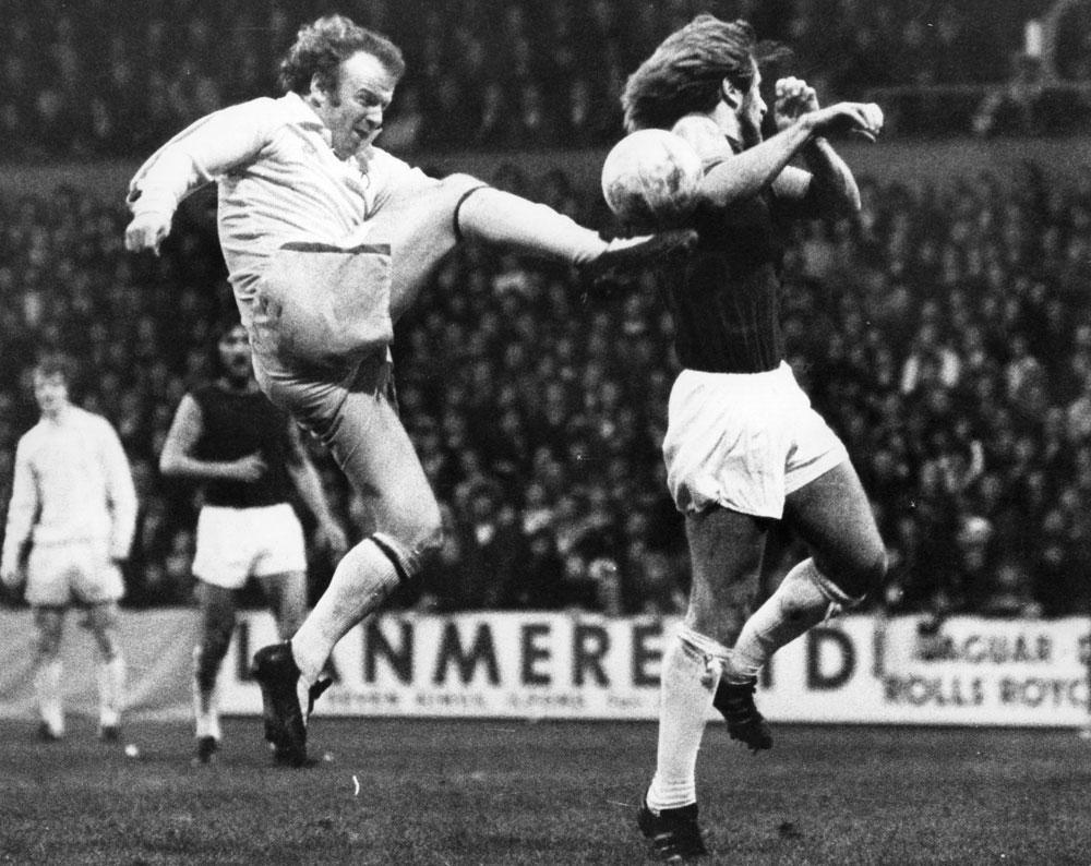 Toute la fougue du capitaine Billy Bremner face à Graham Paddon, de West Ham., GETTY IMAGE