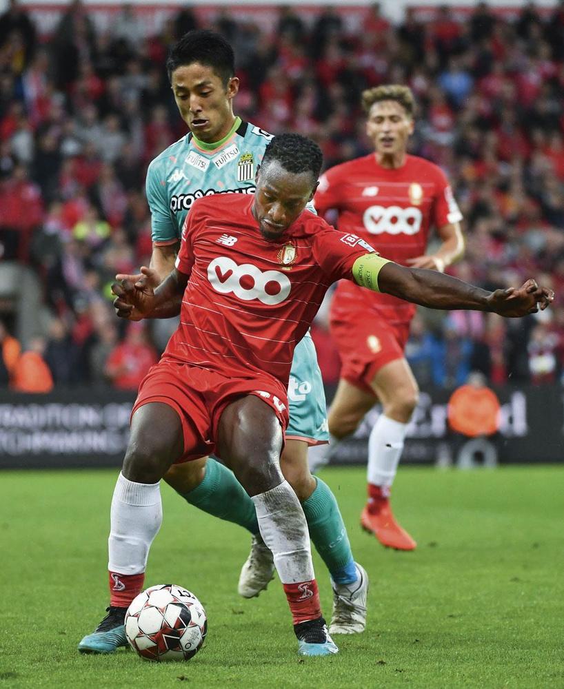 Standard - Charleroi 1-1 Aanvoerder Paul-José Mpoku, hier op de huid gezeten door uitblinker Ryota Morioka, kon pas in het slot van de wedstrijd een punt veiligstellen voor de Rouches., BELGA