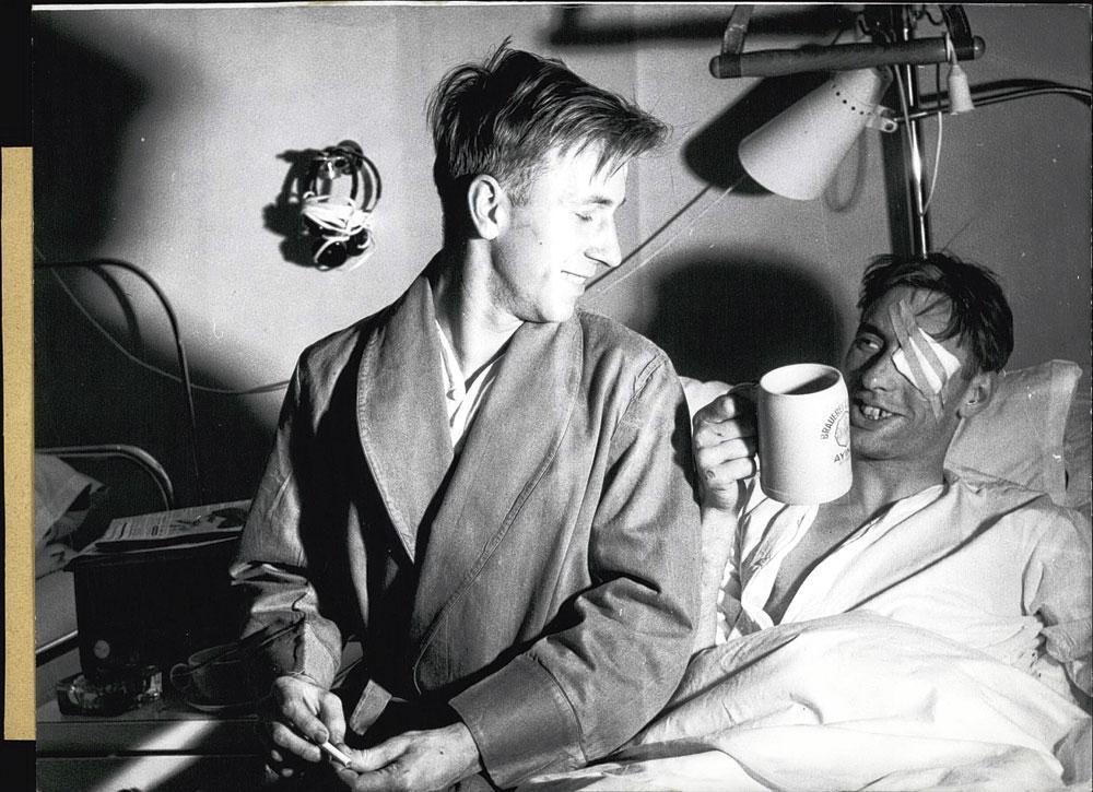 Sur son lit d'hôpital, à Munich, Bobby Charlton sirote une bière., BELGAIMAGE