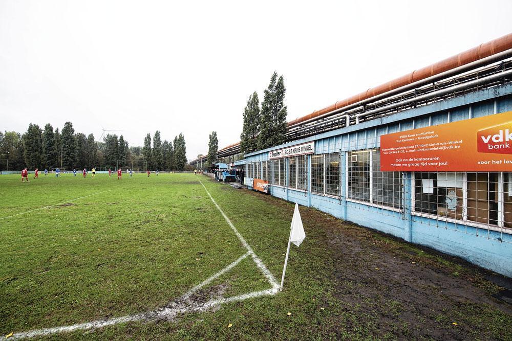 FC Sint-Kruis-Winkel ligt nu nog aan staalfabriek Arcelor Mittal, maar zal later dit jaar verhuizen naar de andere kant van de kennedybaan., BELGAIMAGE