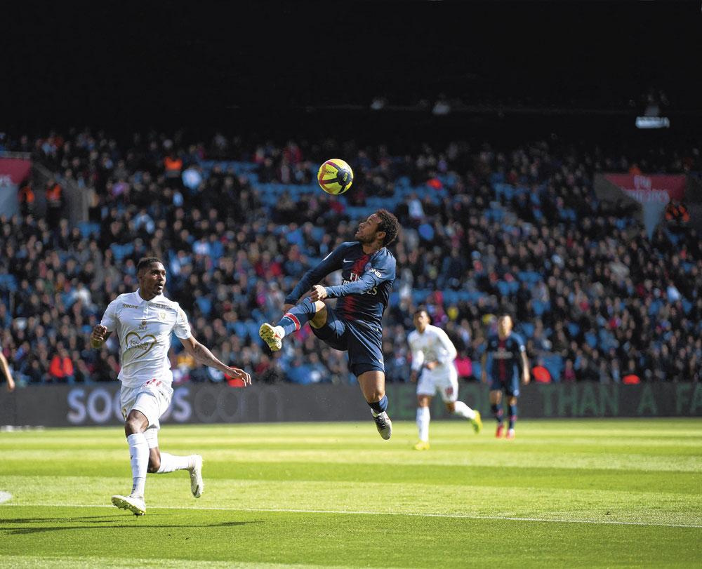 Neymar zoals we hem graag zien: artistiek aan de bal., belgaimage