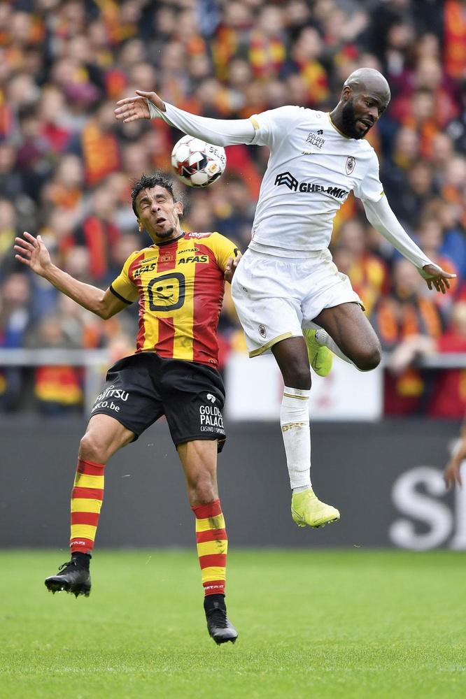 KV Mechelen - R. Antwerp FC 3-1.           De thuisploeg kwam eerst op achterstand maar maakte die nog voor de rust ongedaan. Onder andere Igor de Camargo, hier in duel met Lamkel Ze, deed zijn duit in het zakje., BELGA