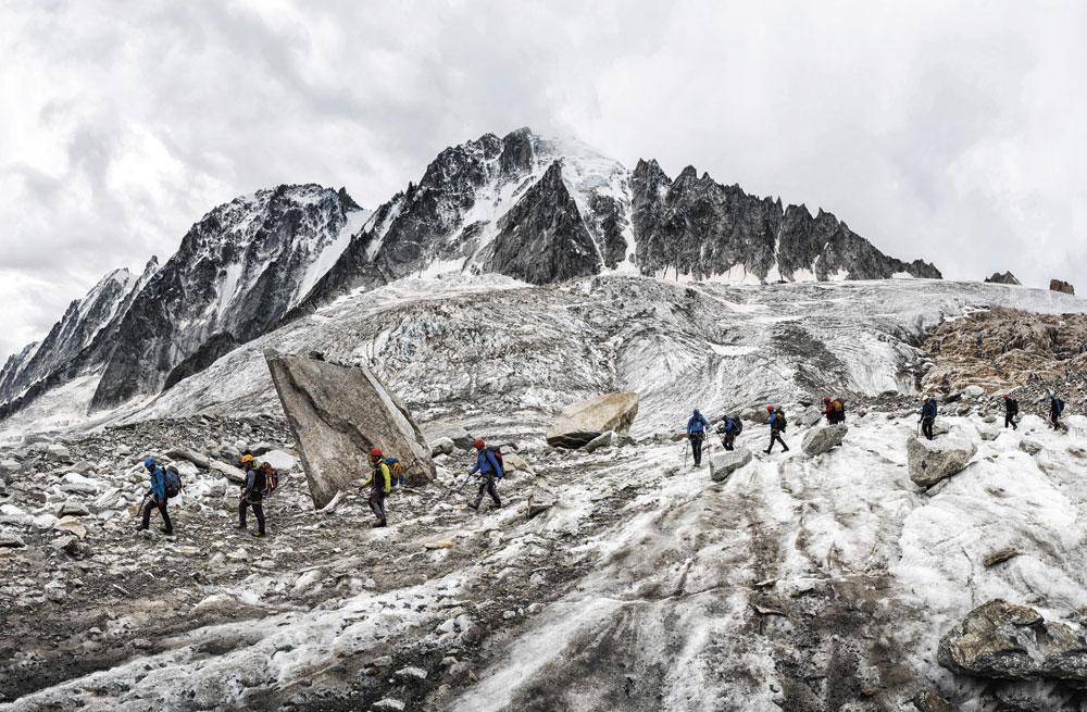 """Groupe d'alpinistes à l'aiguille Verte près de Chamonix."""" Passé les 3.000-3.500 m, on trouve les pathologies dites d'altitude, à savoir les gelures et le mal aigu des montagnes. """", Belga Image"""