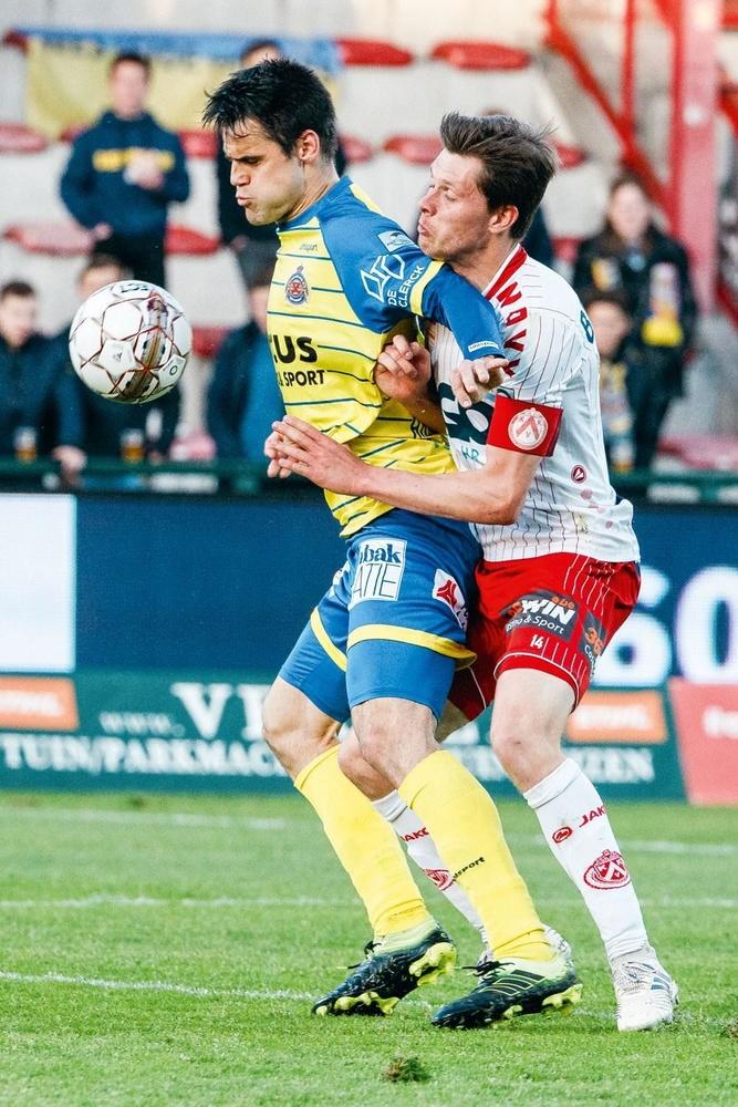 KV Courtrai - Waasland-Beveren 2-1. Suite à leur victoire, les Courtraisiens sont déjà assurés de disputer la finale des PO2. A gauche, Franko Andrijasevic tente d'écarter Hannes Van Der Bruggen., BELGA