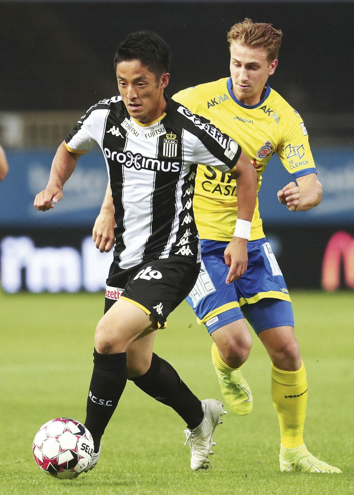 Waasland-Beveren - Charleroi 0-4.           Matthias Verreth (à droite) se lance à la poursuite de Ryota Morioka (à gauche), mais la plaque tournante de Charleroi était intenable face à son ancien club., BELGA