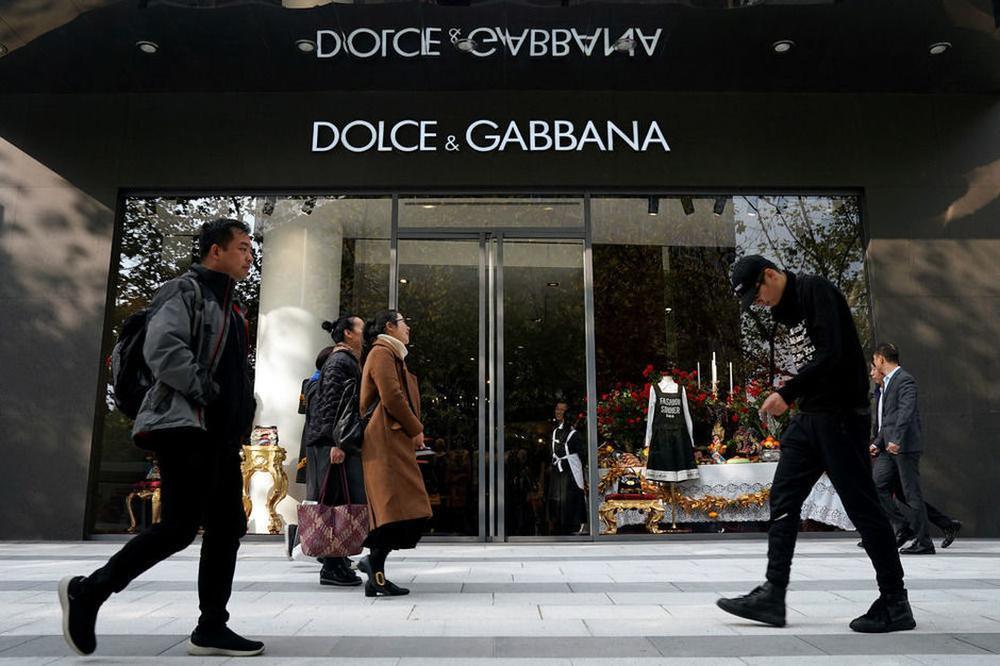 Les ventes de Dolce & Gabbana en Chine rudement impactées par un scandale de vidéos jugées racistes., Reuters