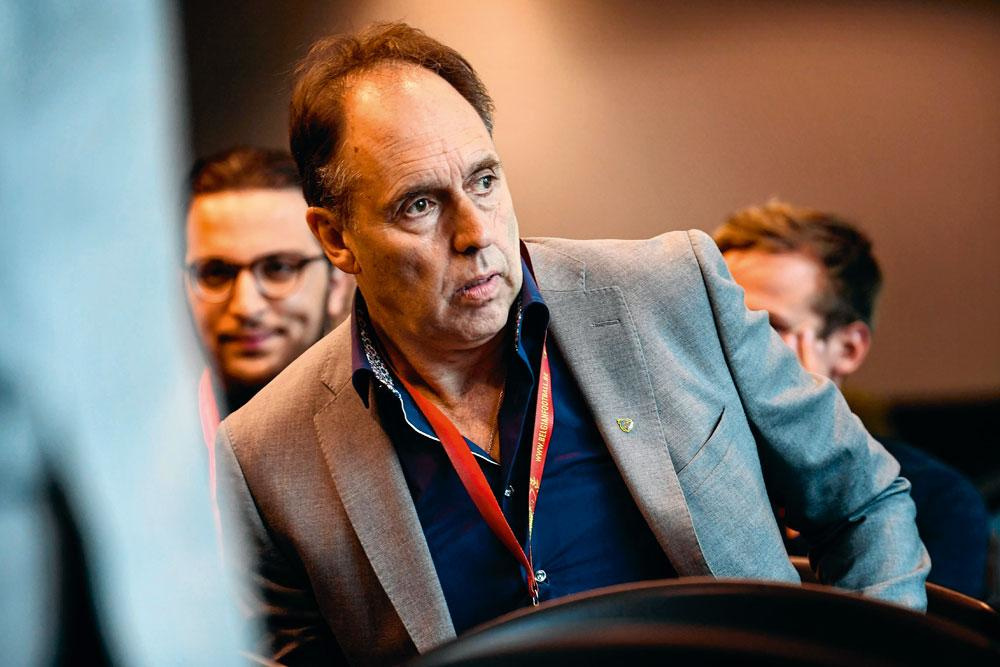 Le président de Waasland-Beveren, Dirk Huyck s'en tire bien : la Commission des Litiges ne l'a sanctionné que pour avoir omis d'informer la fédération de ce qu'il se passait, alors qu'il avait tout de même discuté avec Veljkovic., photonews