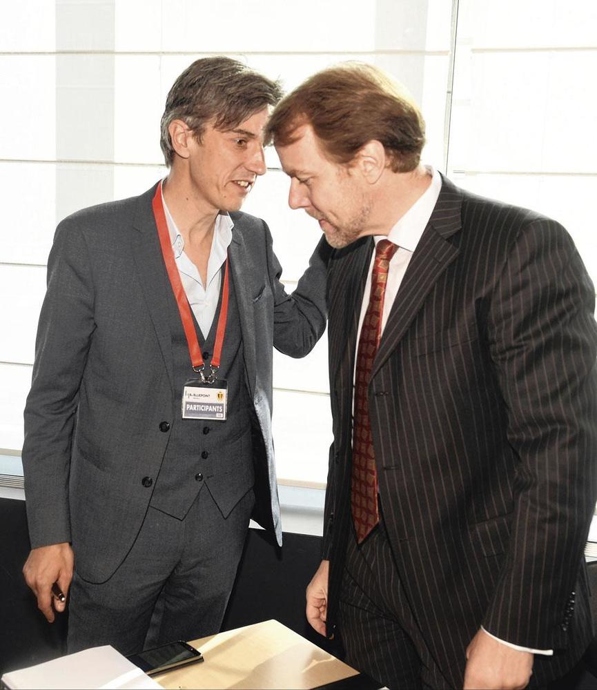 De foto van bondsprocureur Kris Wagner (r.) en Tubizeadvocaat Fabrice Vinclaire, die plots pijnlijk werd toen bleek dat die laatste ook in een voetbalparket zetelt., PHOTONEWS