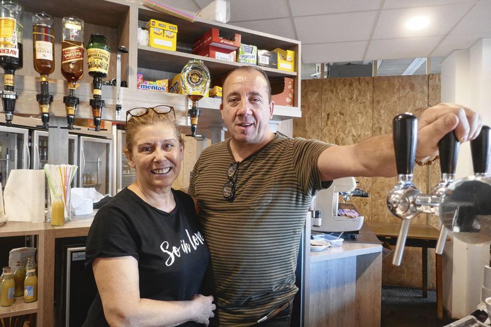 Jolanda en Giovanni baten een café uit in Waterschei., tom peeters