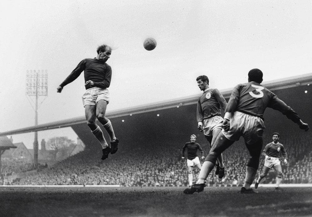 Un vigoureux coup de tête de Bobby Chrlton face à Liverpool, en 1964., BELGAIMAGE