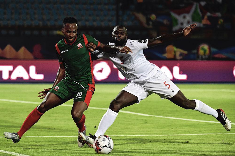 Saido Berahino (links) vecht om de bal met Ernest Seka tijdens Burundi-Guinee (0-2) op de recente Afrika Cup., BELGAIMAGE