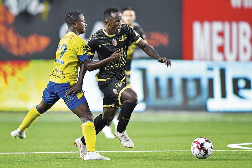 STVV - Mouscron 0-1 .De bezoekers uit Henegouwen konden meteen verrassen op de openingsspeeldag : Fabrice Olinga (rechts, hier in duel met Samuel Asamoah) zorgde met een vrije trap voor de zege., BELGA