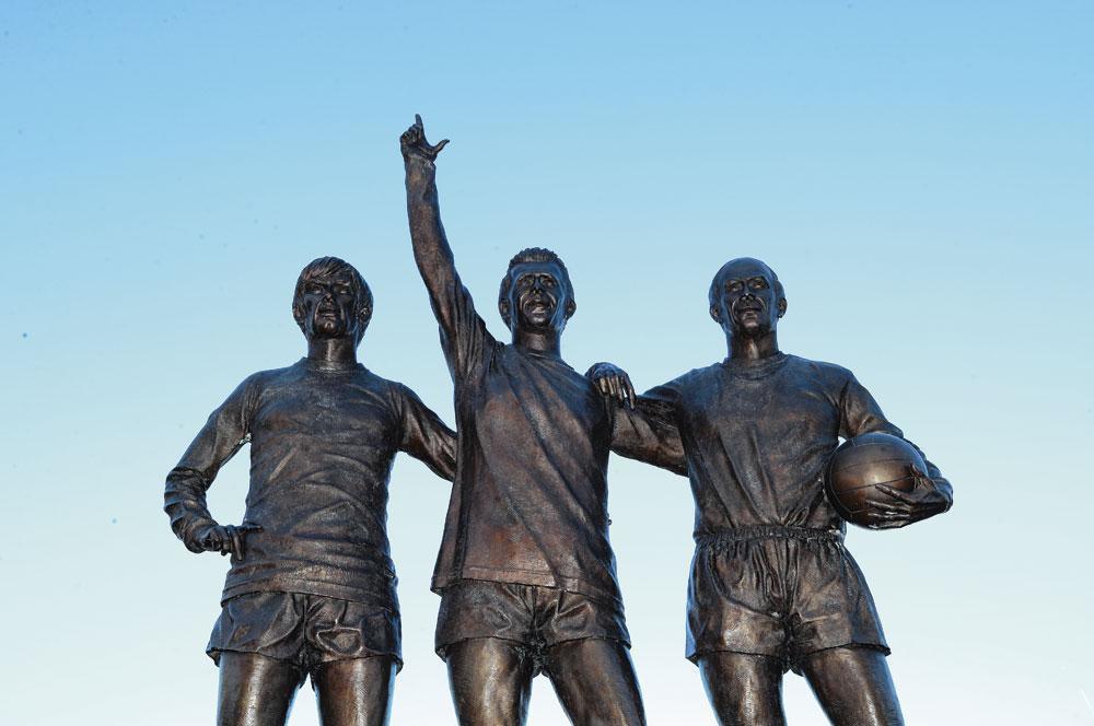 Het standbeeld van George Best, Denis Law en Bobby Charlton aan Old Trafford., belgaimage