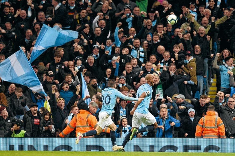 Vincent Kompany is in extase na zijn beslissende doelpunt tegen Leicester City., belgaimages