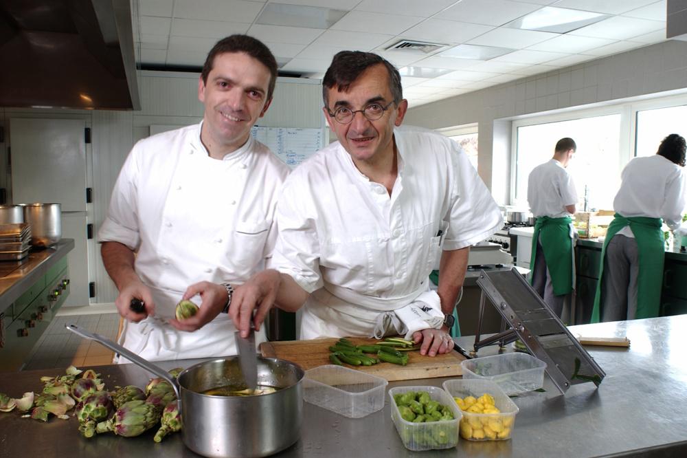 Les Bras, père et fils, en cuisine, en 2010, Getty Images