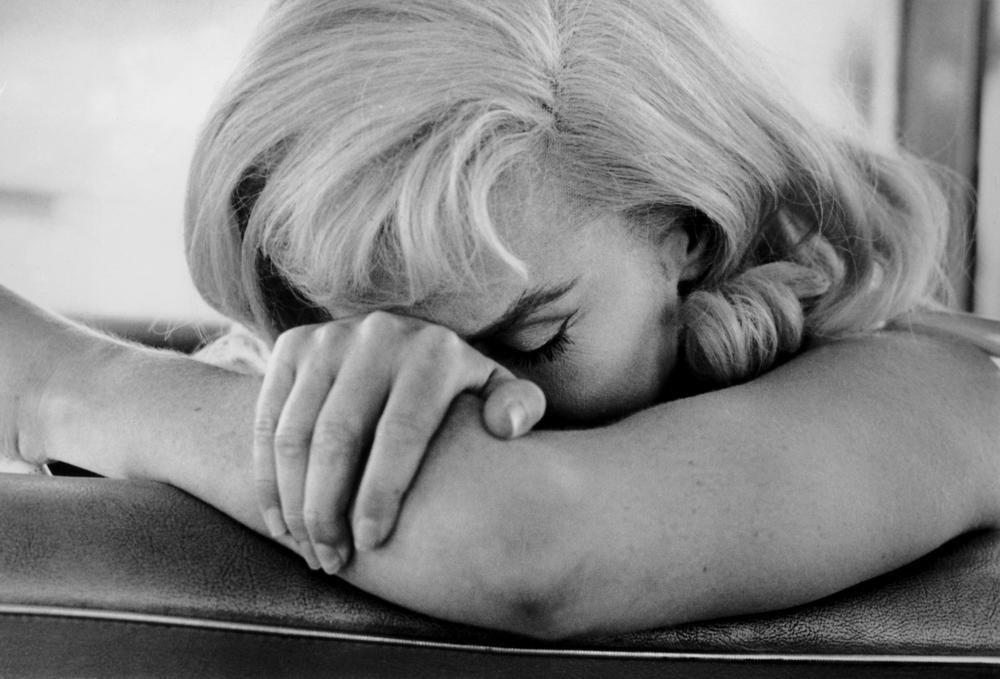 """USA. Nevada. 1960. Marilyn MONROE sur le tournage de """"The Misfits."""""""" Notre obsession n'est pas près de s'arrêter... Personne ne ressemble un tant soit peu à Monroe et je pense qu'il n'y en aura jamais plus. """" David Thomson, dans Why do we still love Marilyn Monroe ? par Lena Corner, The Independaent, 5 novembre 2010., ©Cornell Capa/Magnum Photos"""