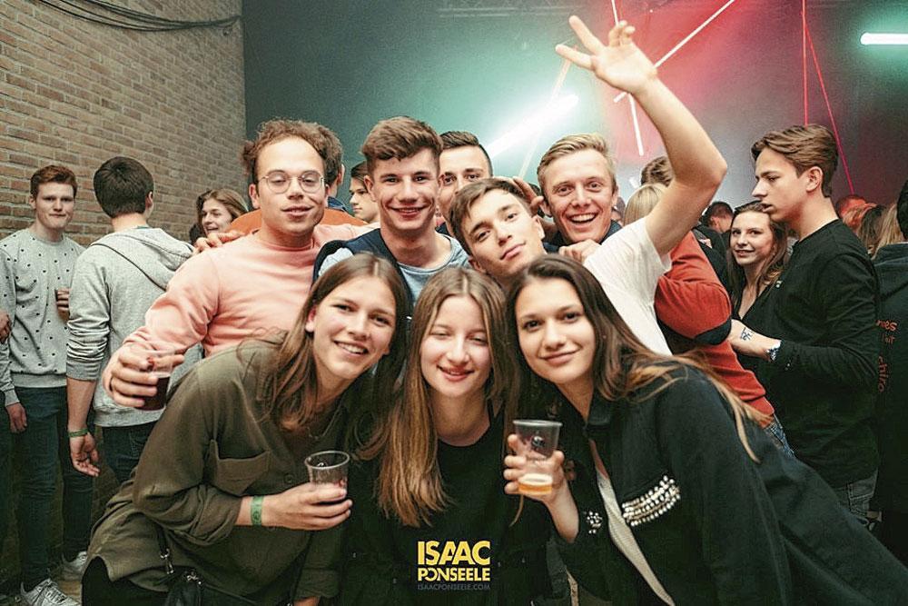 Amis pour toujours : En haut, de gauche à droite : Jordi, Arno, Bjorg et Senne. En bas : Kemmy (copine de Senne), Britt et Carmina., photonews