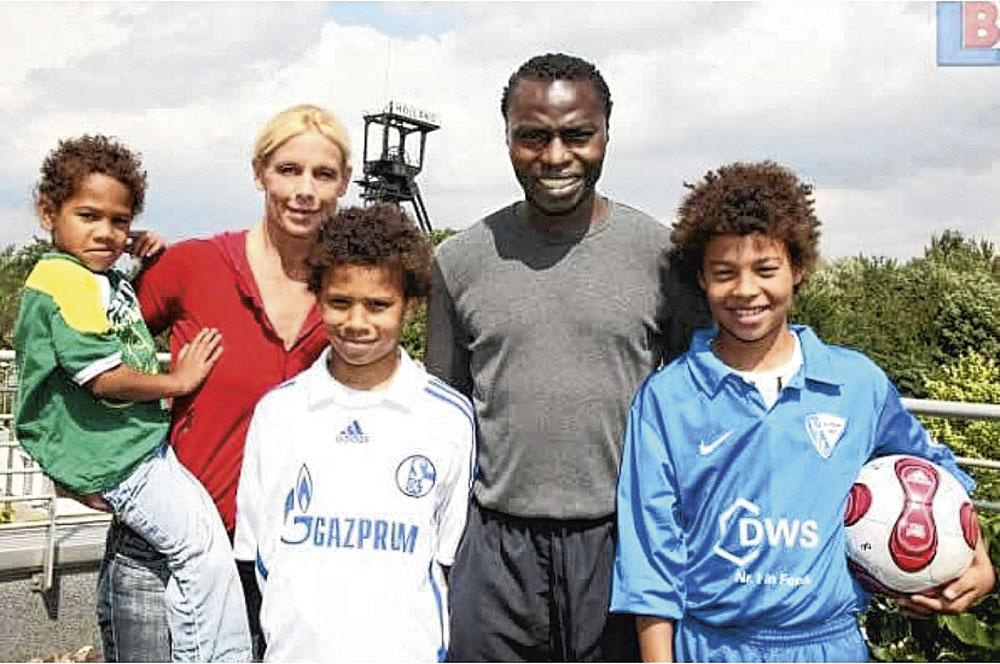 Het gezin Sané poseert thuis in Wattenscheid. Met mama Regina als ex-turnster en papa Souleyman als ex-topschutter hebben de zonen Sidi, Leroy en Kim topsport in de genen., belgaimage