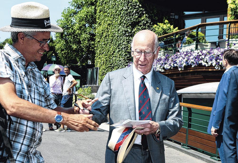 Bobby Charlton est toujours assailli par les chasseurs d'autographes., BELGAIMAGE