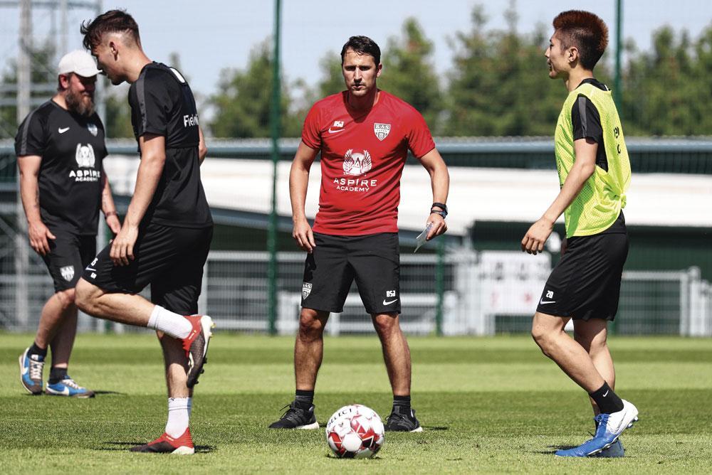 Le nouveau coach d'Eupen Benat San José et ses ouailles., belgaimage