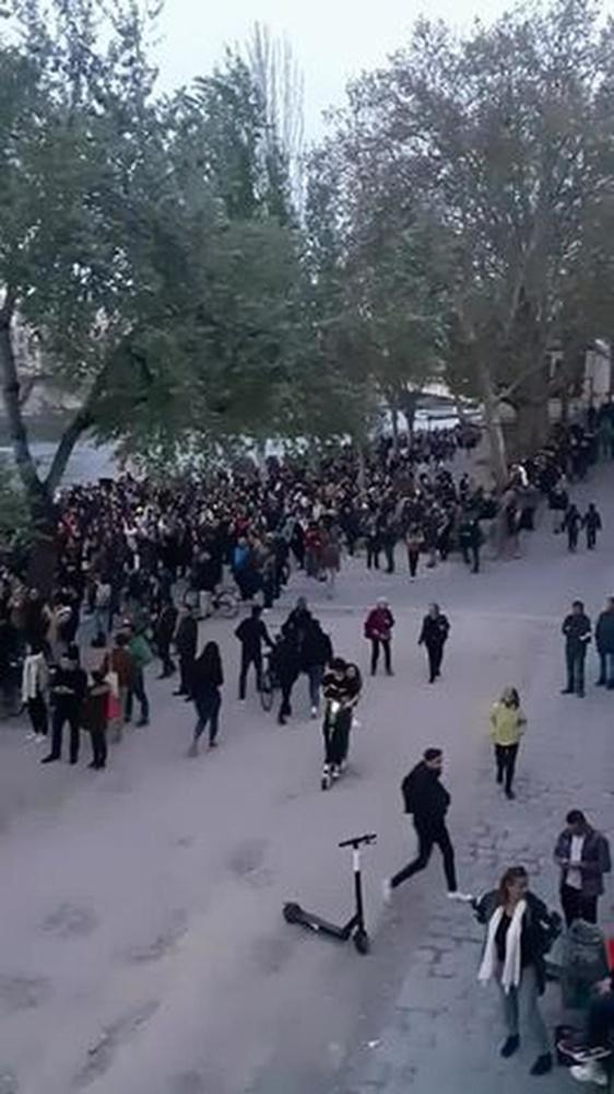 Heel wat volk stond op straat om te kijken naar de ramp., Yente Michiels