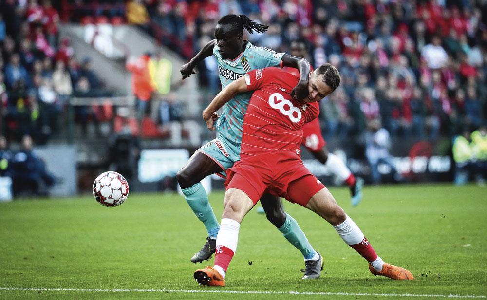 """Zinho, ici dans un duel musclé avec Mamadou Fall : """" L'ambiance à Sclessin est vraiment magique. """", BELGAIMAGE"""