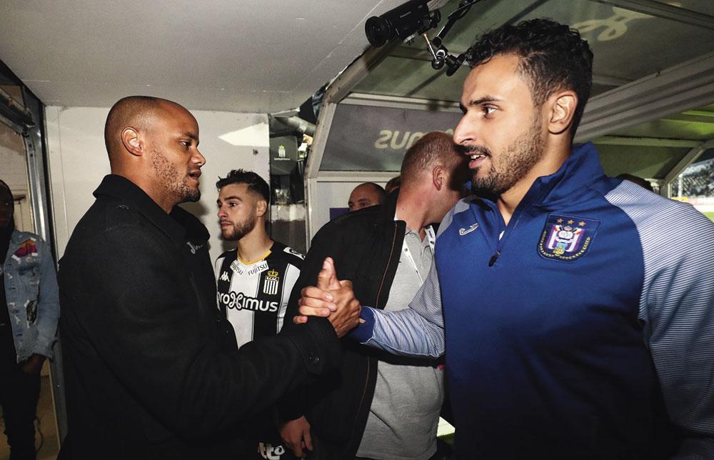 Een handshake tussen Vincent Kompany en Nacer Chadli na de overwinning op Charleroi., belgaimage