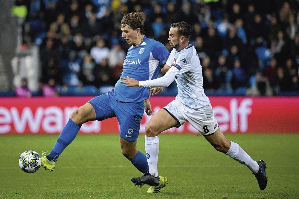 Sander Berge in duel met Fabián Ruiz van Napoli op de tweede speeldag van de Champions League., belgaimage - christophe ketels