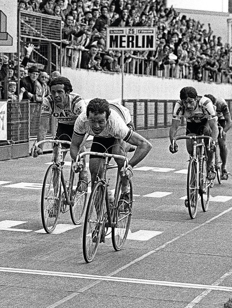 Bernard Hinault komt op 12 april 1981 als eerste over de meet in Parijs-Roubaix, voor Roger De Vlaeminck., BELGAIMAGE