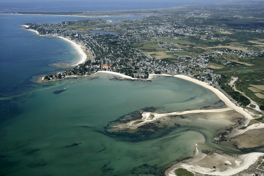 Vue aérienne de Carnac, en arrière-plan, la plage Plage du Men, à la Trinite-sur-Mer, la Pointe Churchill et la grande plage de Carnac., Getty Images
