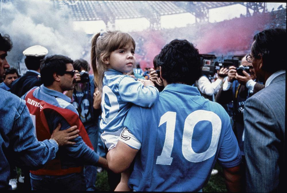 'El Diez' met zijn dochtertje Dalma bij het betreden van het San Paolo-stadion., belgaimage