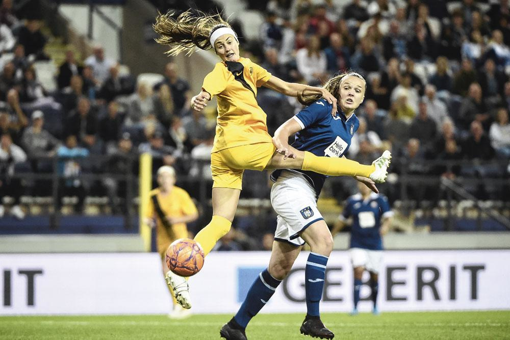 Shannon McCarthy (links) van BIIK Kazygurt, hier in duel met Anderlecht-speelster Tine de Caigny: 'We maken deel uit van een speciale generatie en zullen later zeggen: 'Ik was erbij!'', BelGaimage