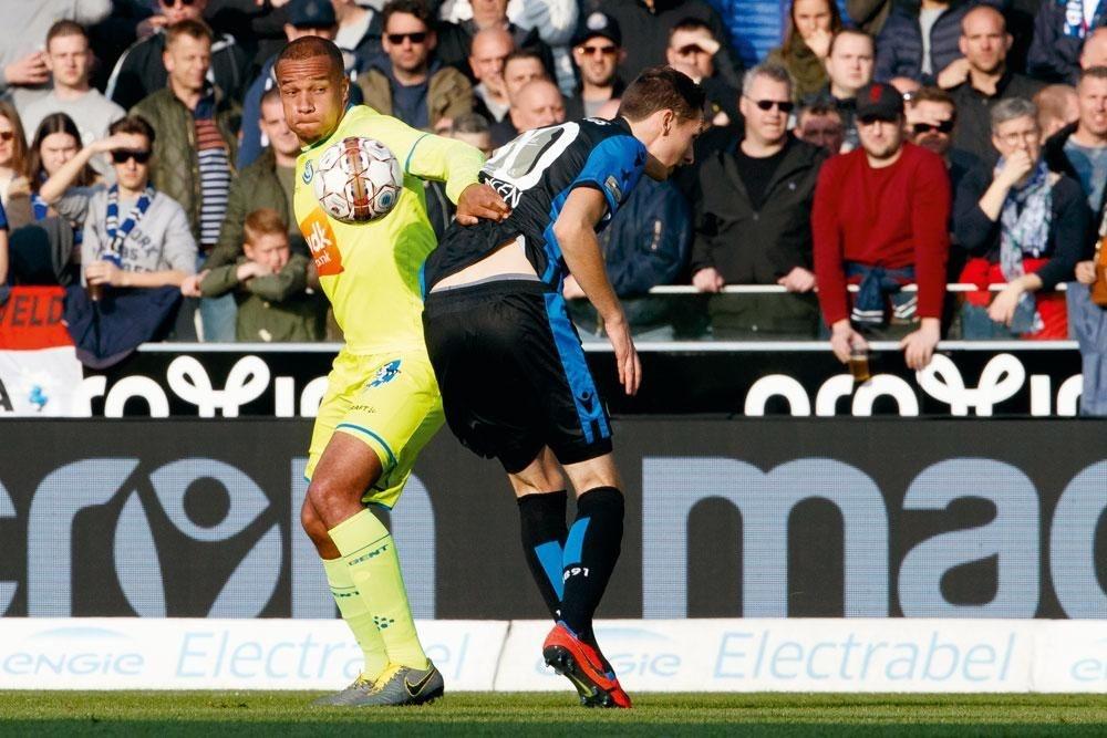Club Bruges - La Gantoise 3-0. Vadis Odjidja (à gauche, ici en duel avec Hans Vanaken) a été exclu en première mi-temps. Les Buffalos ont été submergés par une équipe locale énergique., BELGA