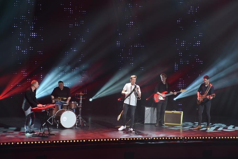 Jérémie bracht zijn nieuwe single op het podium van Ment TV., FODI